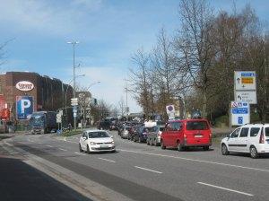 Der Verkehr staut sich auf der Kieler Straße vor dem Eidelstedter Platz