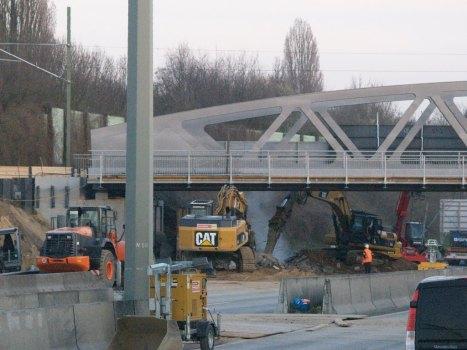 Die Reste der alten Brückenlager unter der neuen Brücke werden entfernt
