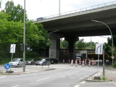 Der Binsbarg unter der Langenfelder Autobahnbrücke wird während der Bauarbeiten auf eine Spur je Richtung eingeengt