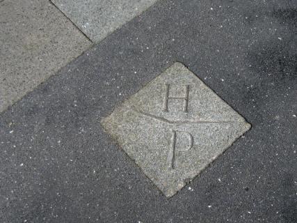 Grenzstein auf dem Fußweg der Högenstraße