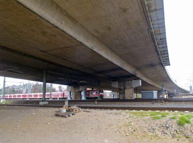 Bahngleise mit S-Bahn unter Langenfelder Brücke