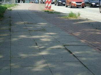 Stolperfallen auf dem Fußweg der A7 Brücke der Kieler Straße