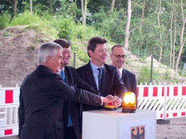 Drücken gemeinsam den Startknopf: (v. links) Senator Frank Horch, Staatssekretär Enak Ferlemann, Minister Reinhard Meyer, DEGES-Geschäftsführer Dirk Brandenburger