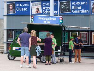 Interessierten Besuchern der O2-World wird der A7-Ausbau erläutert