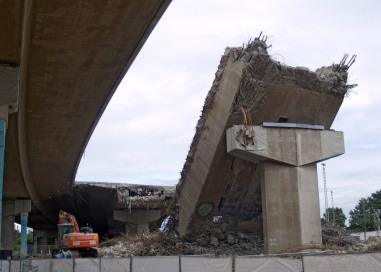 Ein Brückenrest auf dem 1. Brückenpfeiler