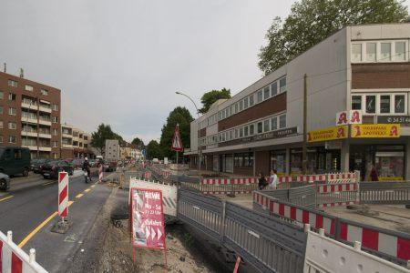 Fußwege zwischen Absperrgitter und provisorische Einfahrten