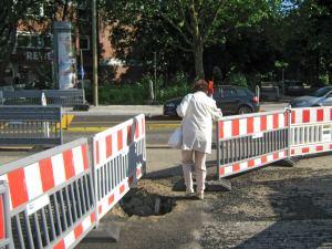 Fußgänger auf der Baustelle
