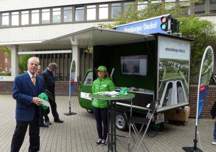 Das A7 Deckel-Mobil vor der Wirtschaftsbehörde