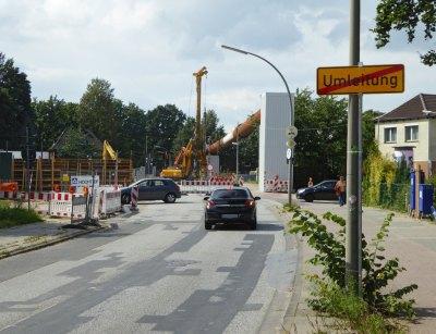 Autos vor gesperrter Brücke